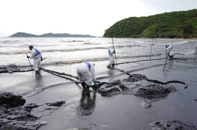 Derramamento de óleo na praia do Ao Prao, ilha de Kho Samed. foto de stock royalty free