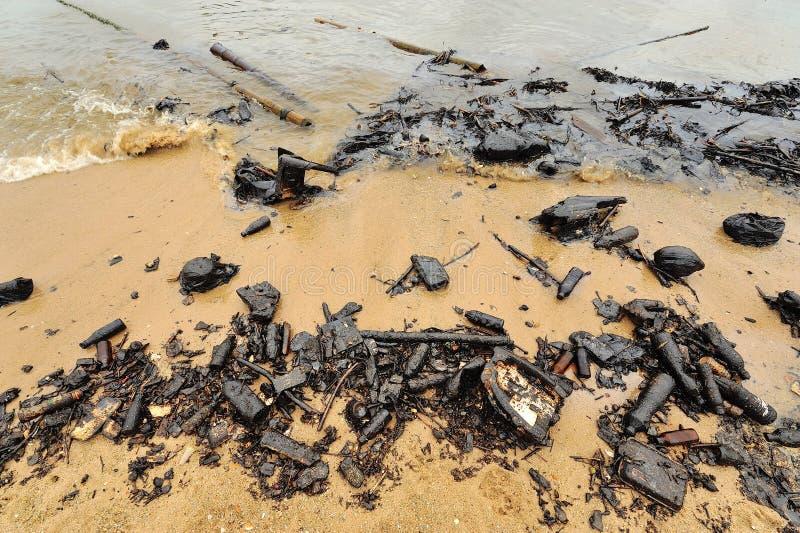 Derramamento de óleo. Praia contaminada. fotografia de stock