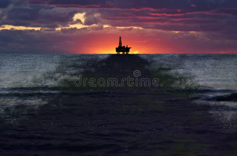 Derramamento de petróleo do poço de perfuração a pouca distância do mar, liso, poluição foto de stock