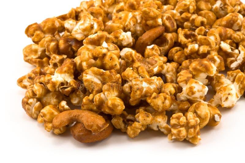 Derramamento do milho dourado do caramelo no branco foto de stock royalty free