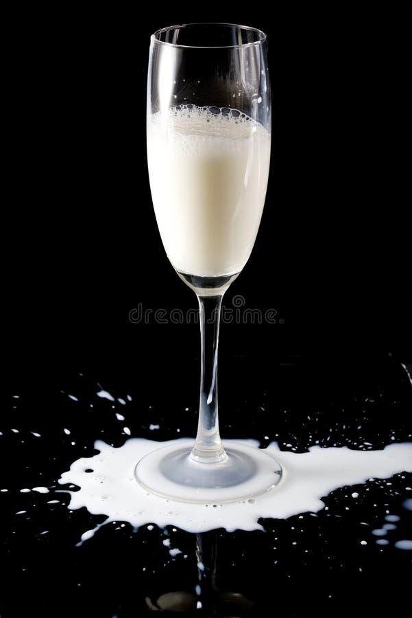 Derramamento do vidro e do leite foto de stock royalty free