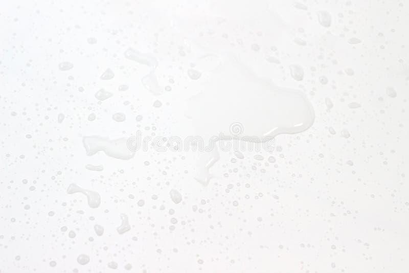 Derramamiento del agua en el fondo blanco imagen de archivo libre de regalías