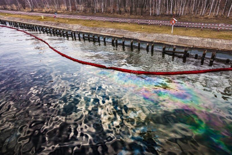Derrame de petróleo en el agua fotos de archivo