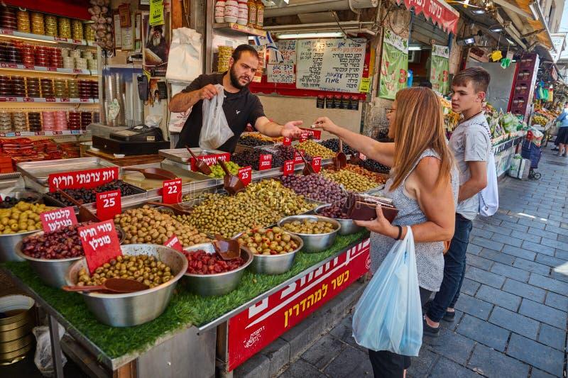Derrate alimentari dell'affare della gente al marke del locale di Gerusalemme Mahane Yehuda fotografia stock