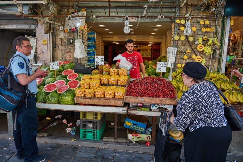 Derrate alimentari dell'affare della gente al marke del locale di Gerusalemme Mahane Yehuda immagini stock libere da diritti