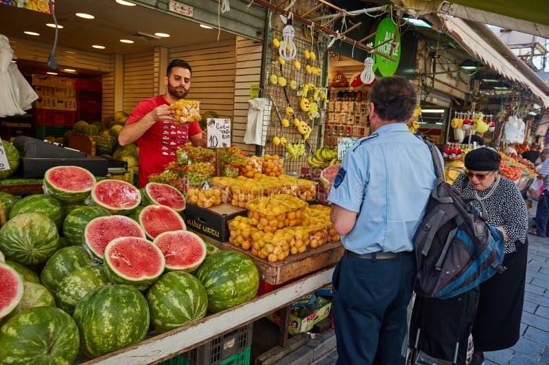 Derrate alimentari dell'affare della gente al marke del locale di Gerusalemme Mahane Yehuda fotografie stock