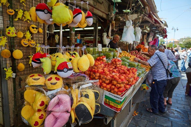Derrate alimentari dell'affare della gente al marke del locale di Gerusalemme Mahane Yehuda immagine stock libera da diritti