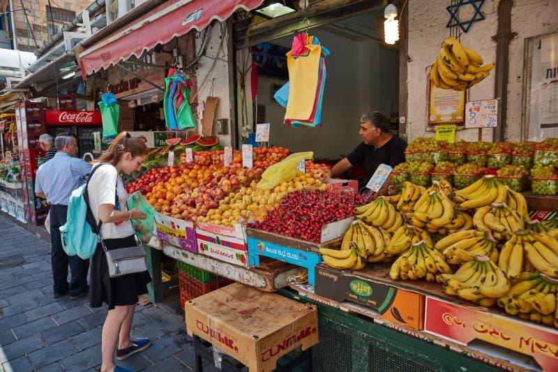 Derrate alimentari dell'affare della gente al marke del locale di Gerusalemme Mahane Yehuda immagini stock