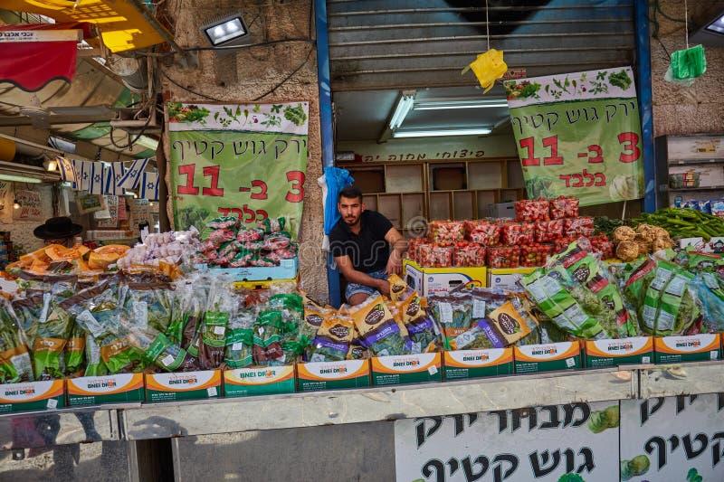 Derrate alimentari dell'affare della gente al marke del locale di Gerusalemme Mahane Yehuda fotografie stock libere da diritti