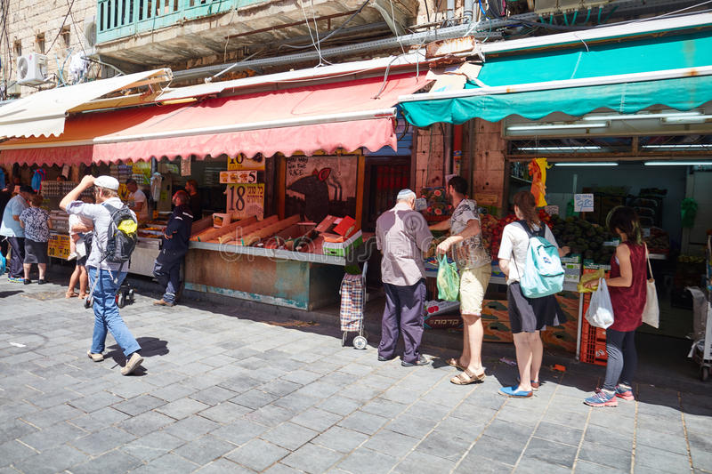 Derrate alimentari dell'affare della gente al marke del locale di Gerusalemme Mahane Yehuda fotografia stock libera da diritti