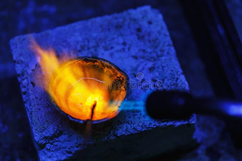 Derretimento do ouro no cadinho, close-up imagens de stock royalty free