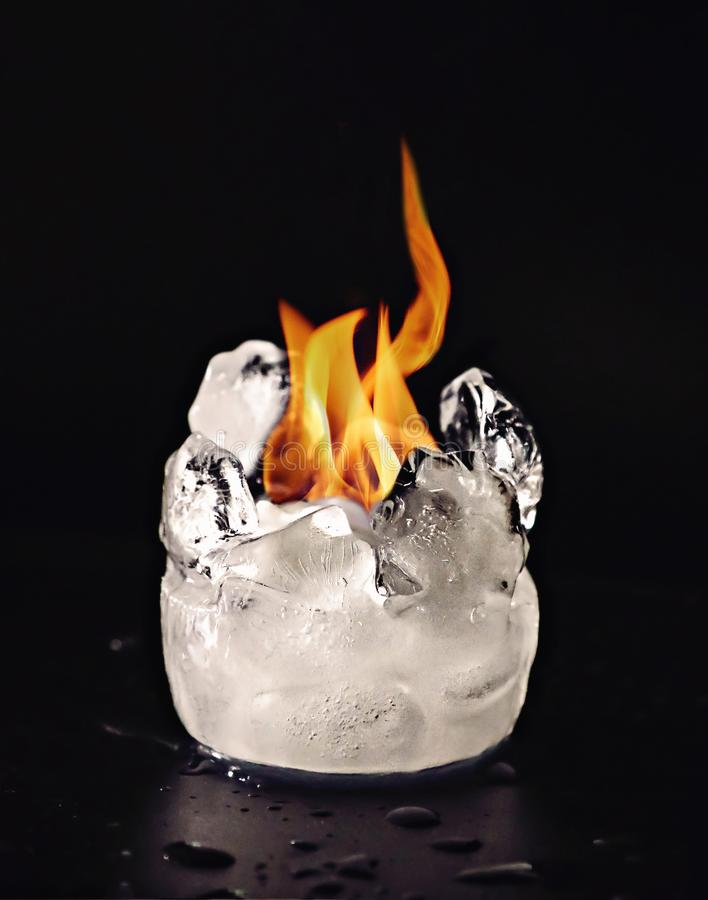 Derretimento dos cubos do fogo e de gelo fotos de stock