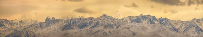 Derri?re ces collines d'hiver vous pouvez voir le grand panorama de cha?ne de Caucase image libre de droits
