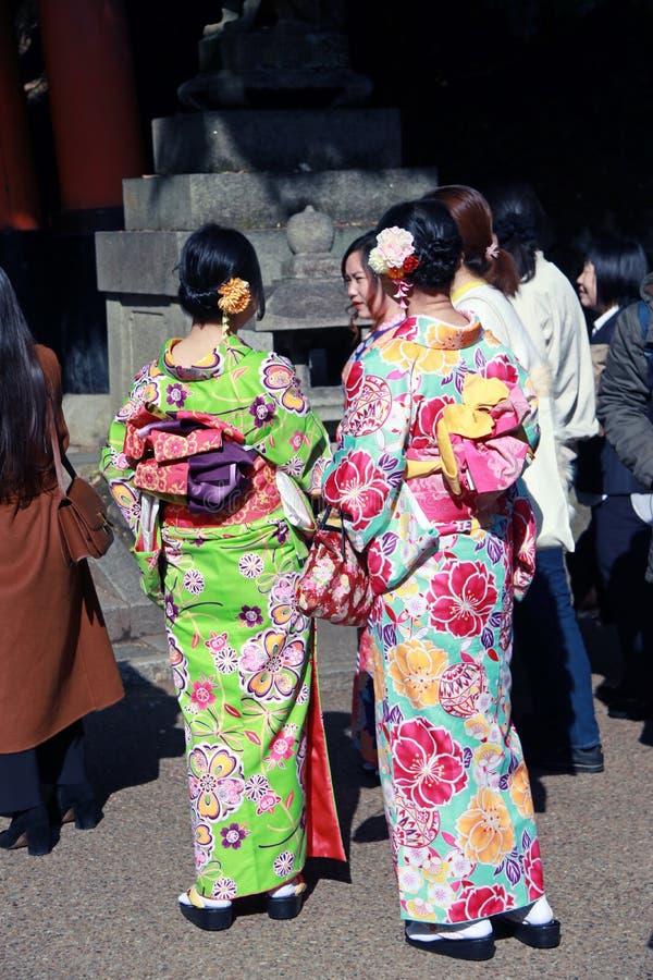 Derrière de la fille de deux Japonais dans le kimono habillez au tombeau au Japon image stock