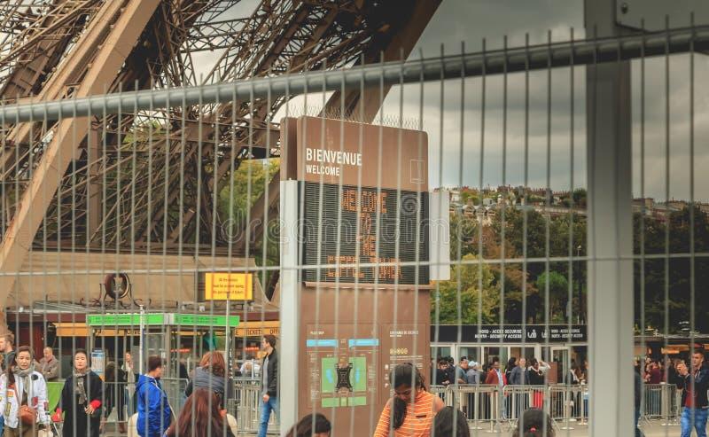 Derrière des barrières de la protection d'intrusion le panneau accueille des visiteurs image stock
