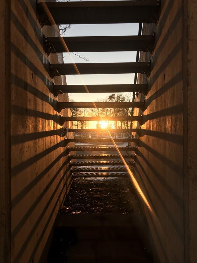 Derrière des escaliers image libre de droits