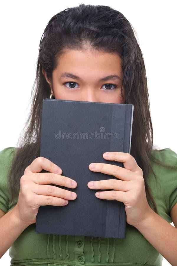 derrière hal femelle de visage de livre son adolescent de dissimulation photo libre de droits