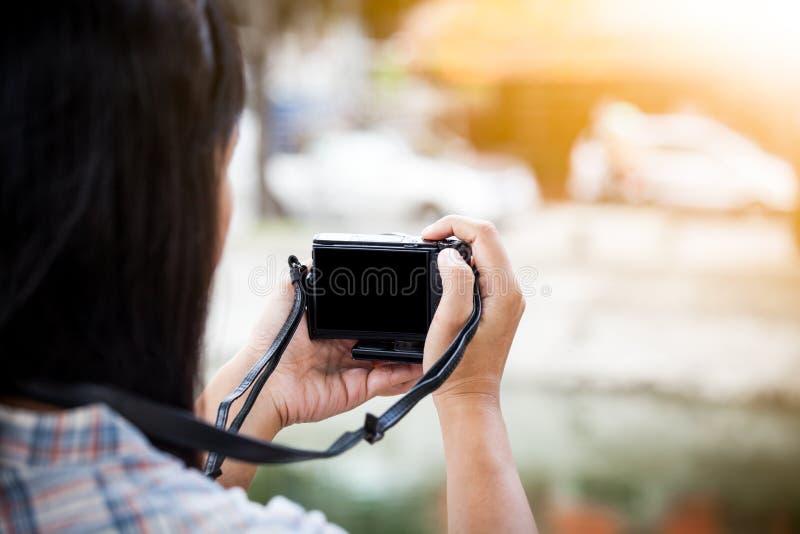 Derrière l'appareil-photo de scènes du photographe féminin prenant des photos photographie stock