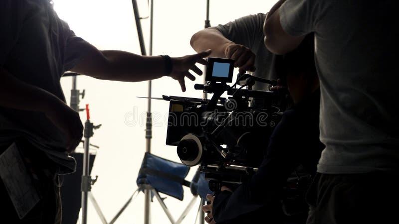 Derrière la caméra vidéo qu'enregistrant le message publicitaire en ligne photo stock