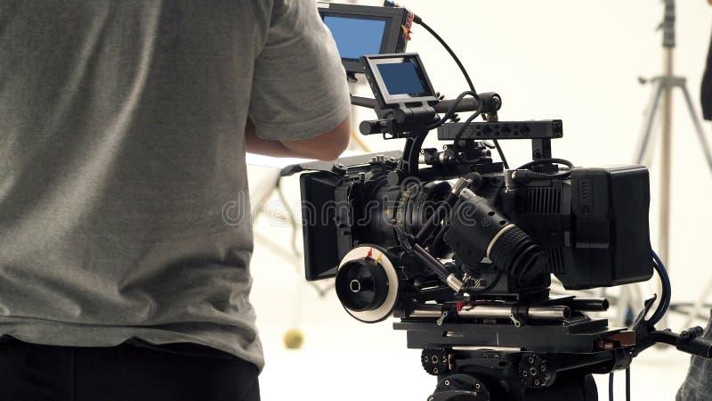 Derrière la caméra vidéo qu'enregistrant le message publicitaire en ligne photos stock