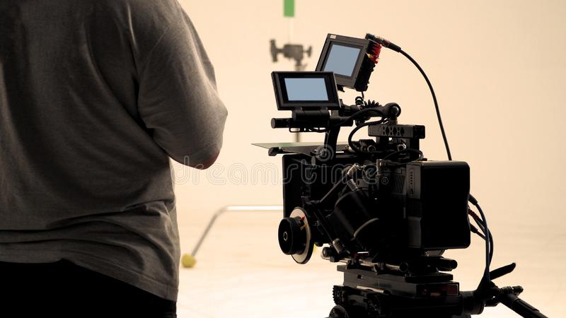 Derrière la caméra vidéo qu'enregistrant le message publicitaire en ligne photo libre de droits