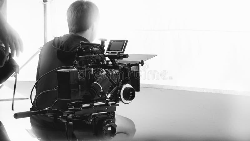 Derrière la caméra vidéo qu'enregistrant le message publicitaire en ligne image libre de droits