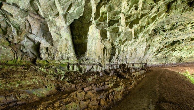 derrière la caverne tombe les cascades à écriture ligne par ligne argentées d'état de stationnement photographie stock