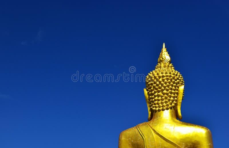 Derrière la grande statue de Budda avec le ciel bleu images libres de droits