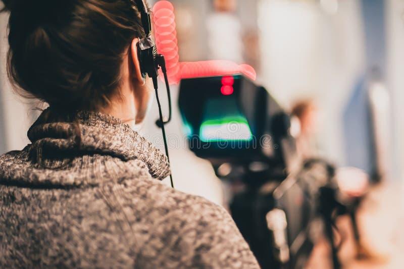 derrière la scène La scène femelle de film de tir de cameraman avec est venue image libre de droits