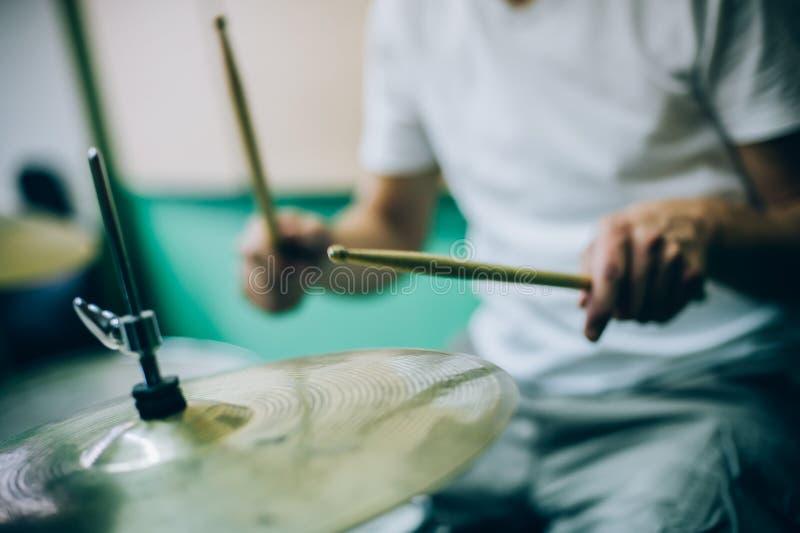 Derrière la scène Musicien d'artiste de batteur jouant les tambours avec le dru photos libres de droits
