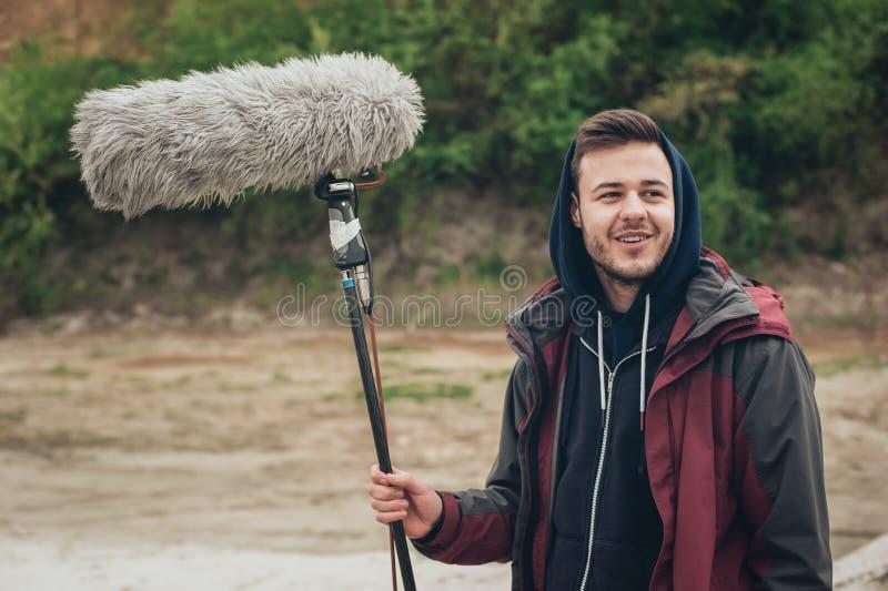 derrière la scène Pêcheur sain de microphone de prise d'opérateur de boom  photographie stock