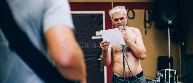 Derrière la scène Pratique en matière de groupe de rock dans le studio malpropre de musique d'enregistrement photos libres de droits