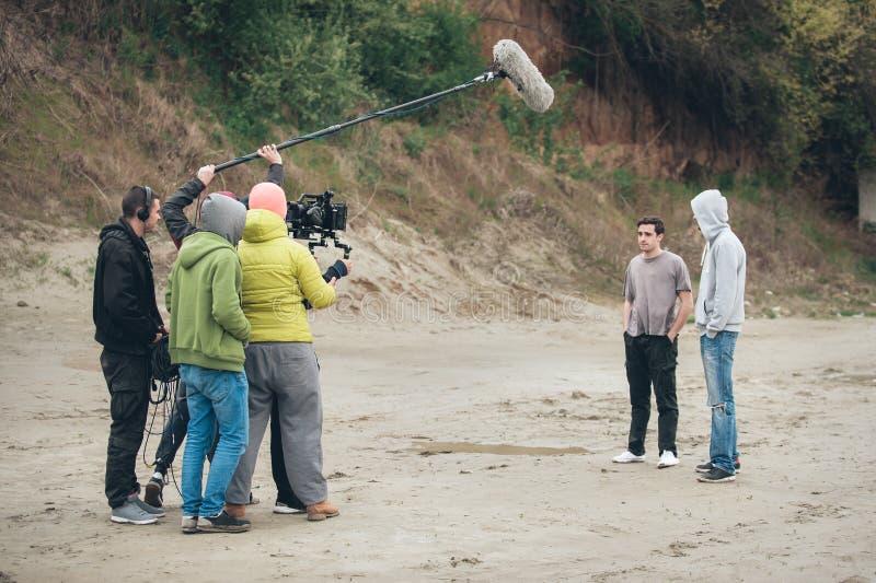 derrière la scène Scène de film de pelliculage d'équipe de tournage extérieure photos libres de droits