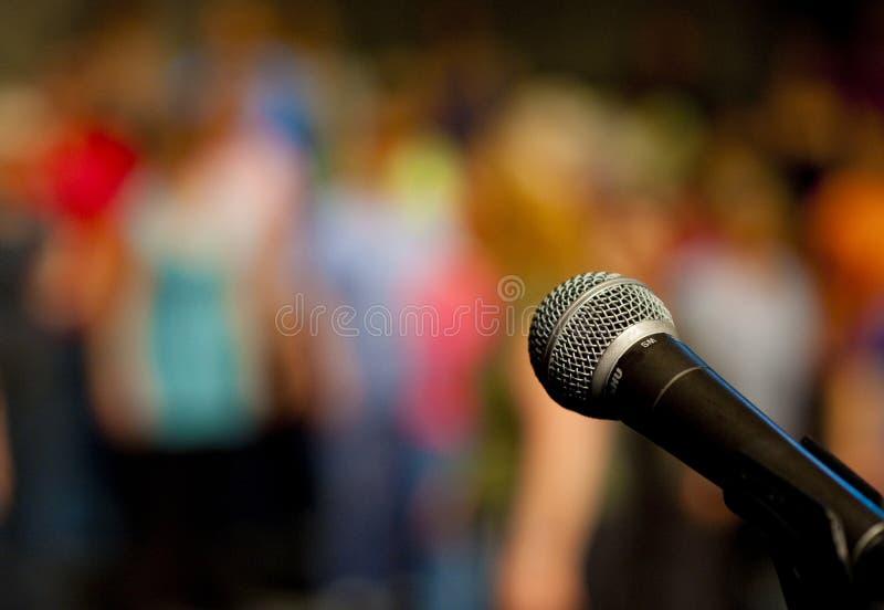 Derrière le microphone image stock