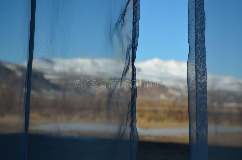 Derrière les rideaux Un signe flou d'une belle vue image stock