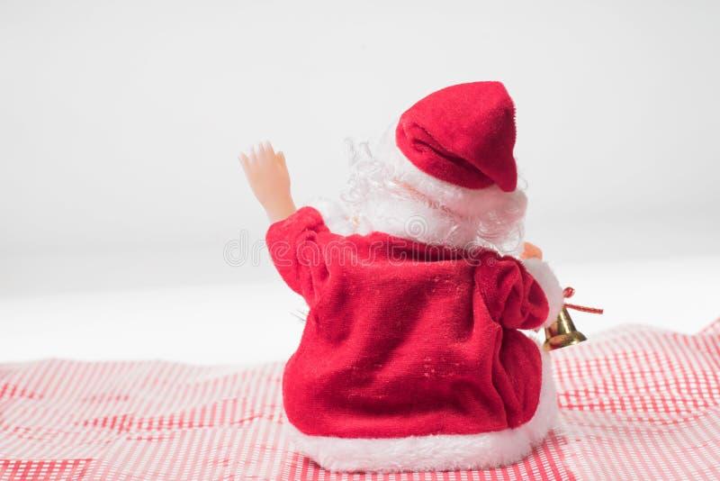 Derrière Santa Claus montrant la main dites bonjour photographie stock