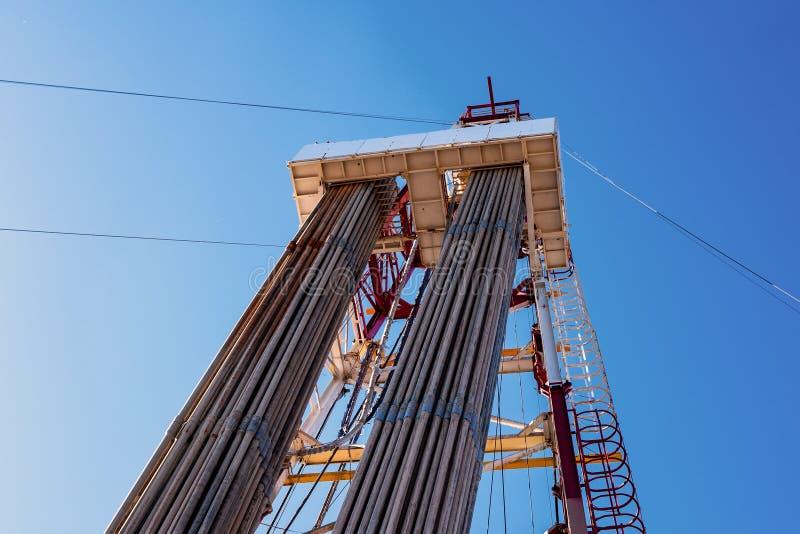 Derrick de taladrado de petróleo con unidad superior, tubería de taladro, manguera Kelly para exploración de petróleo y gas fotografía de archivo
