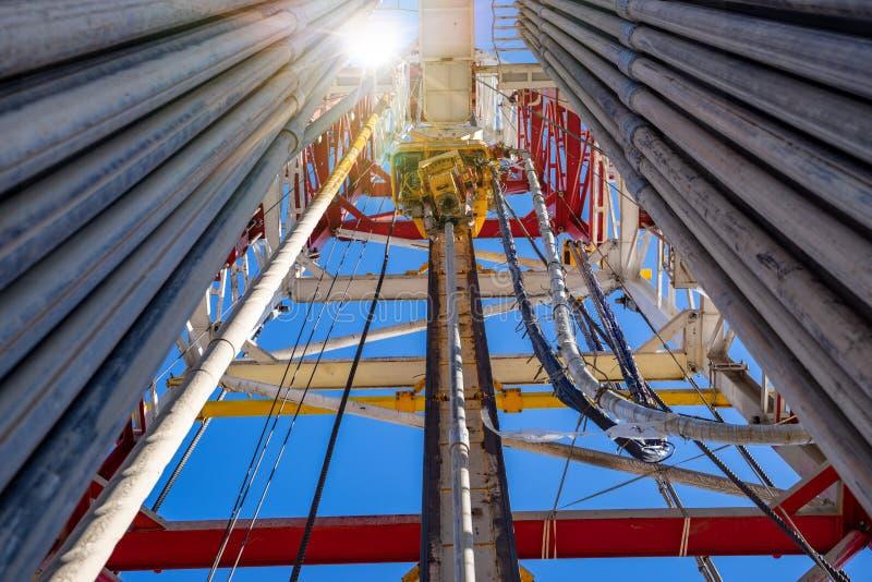 Derrick de taladrado de petróleo con unidad superior, tubería de taladro, manguera Kelly para exploración de petróleo y gas imágenes de archivo libres de regalías