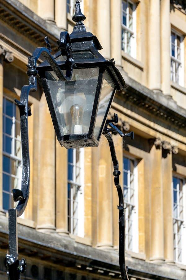 Derrocamiento adornado y lámpara atados a las verjas en el circo, baño imagen de archivo
