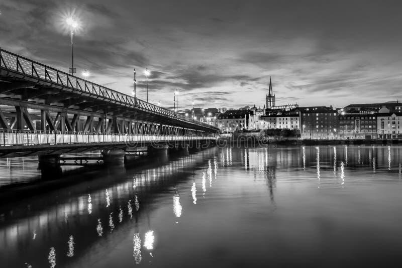 Derry City au crépuscule photo stock