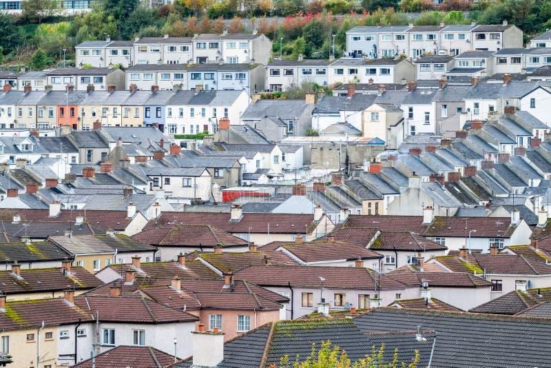 Derry/Northern Ireland - 12 oktober 2019 : De voorkant is een buurt buiten de stadsmuren royalty-vrije stock foto