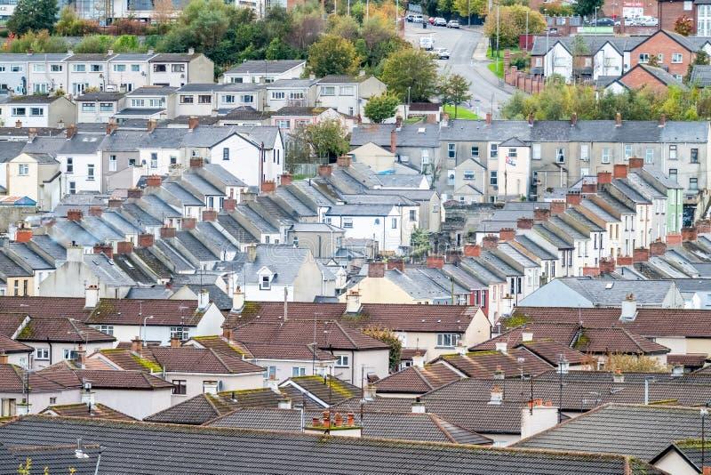 Derry/Northern Ireland - 12 oktober 2019 : De voorkant is een buurt buiten de stadsmuren stock afbeelding