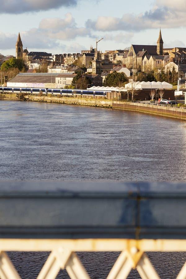 Derry panorama från den Craigavon bron royaltyfria foton
