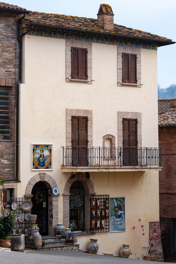 Deruta, miasteczko w Umbria s?awnym dla sw?j artystycznej r?cznie robiony i maluj?cej ceramiki, W?ochy zdjęcia royalty free