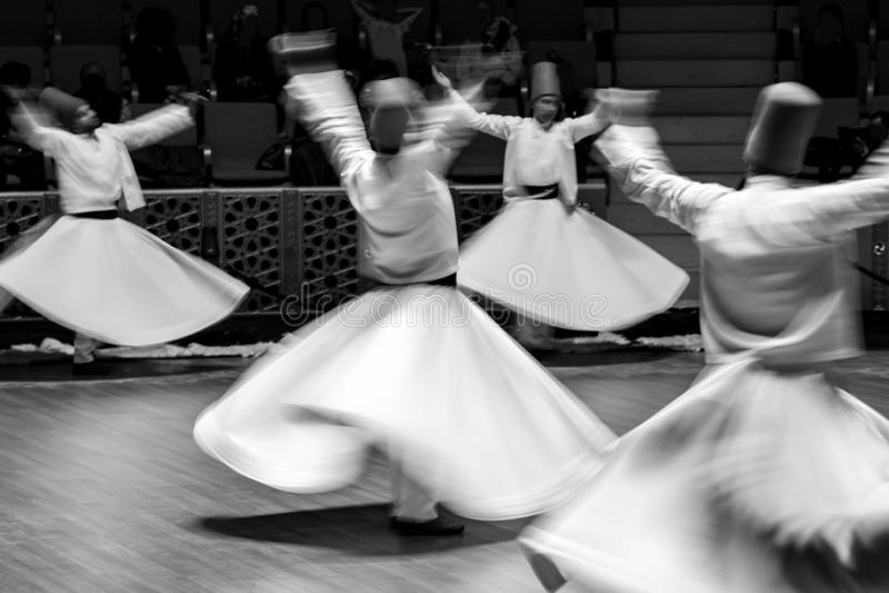Derviches de giro no identificados o Semazen en Konya fotos de archivo