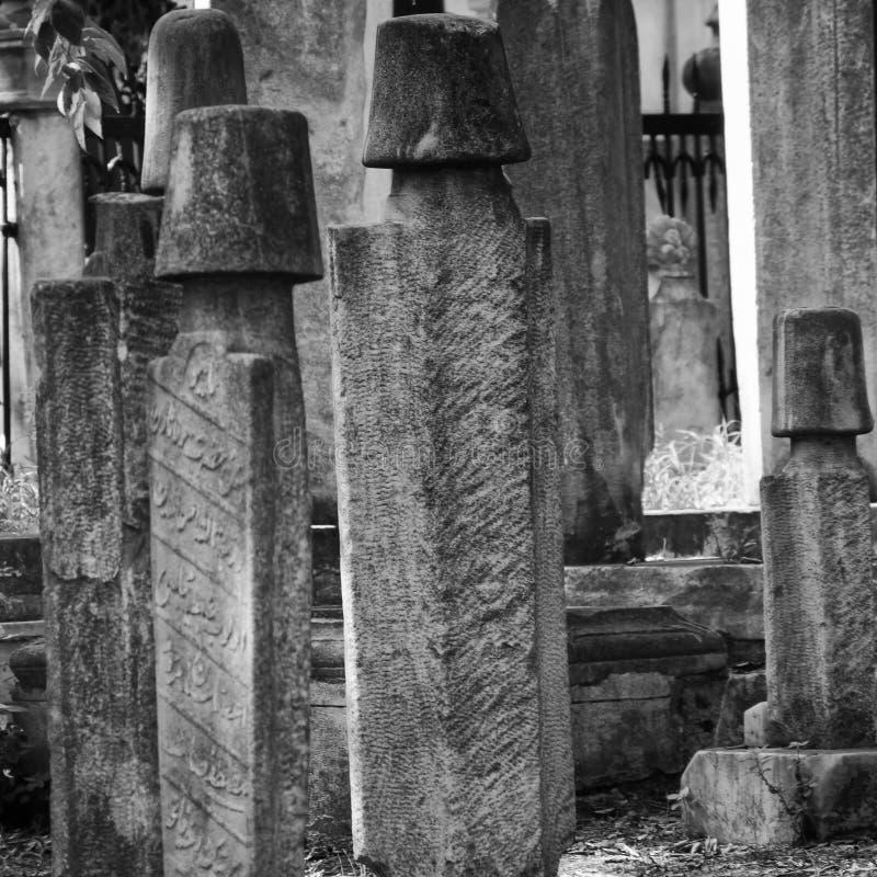 Dervischkyrkogård med många red ut gravstenar, i svartvitt royaltyfri foto