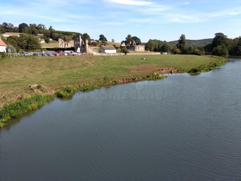 Derwent流动通过Kirkham小修道院在Malton,约克夏附近 库存照片