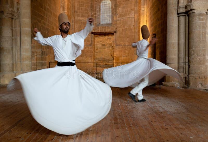 Derwische, die den traditionellen religiösen wirbelnden Tanz durchführen stockfotos