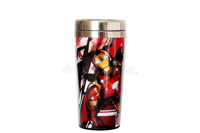 derzhprom kharkov ukraine 20 Juni 2017 En kopp av termos med 'Iron Man 'på en vit bakgrund royaltyfria bilder
