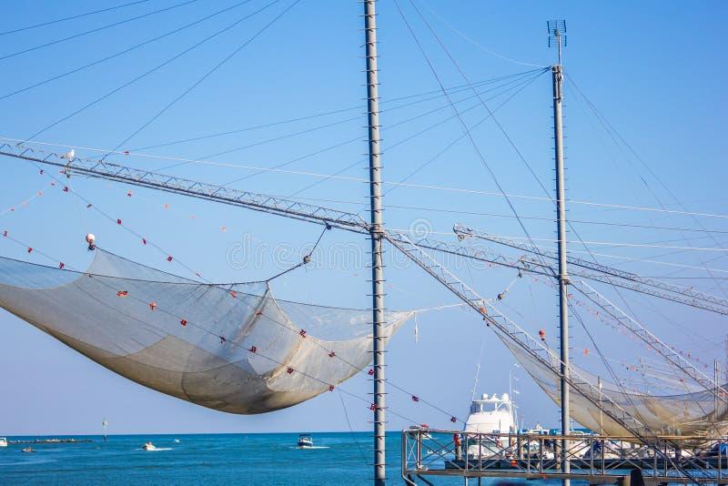 Des échelles pour la pêche, d'énormes filets qui descendent à la mer et puis après un certain temps ils se retirent avec des pois photo libre de droits